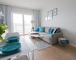 Home Staging mieszkania na wynajem - Salon z jadalnią z tarasem / balkonem, styl skandynawski - zdjęcie od Nowe4Ściany
