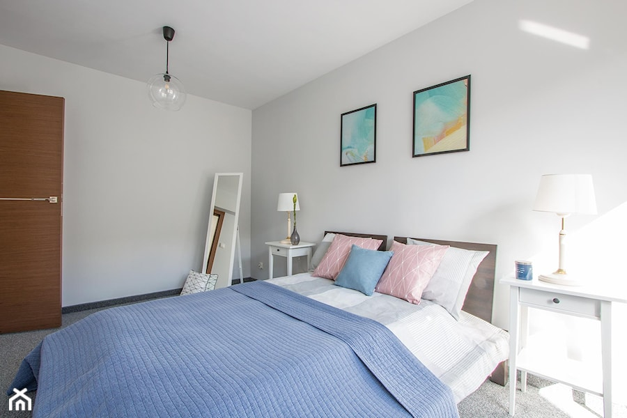 Mieszkanie na sprzedaż w Gdyni - Mała biała sypialnia małżeńska, styl skandynawski - zdjęcie od Nowe 4 Ściany - Fotografia wnętrz