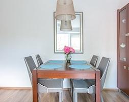 Stylizacja salonu TYLKO za pomocą dodatków - Mała otwarta biała jadalnia w salonie, styl tradycyjny - zdjęcie od Nowe4Ściany- Fotografia wnętrz