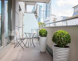 Aranżacja mieszkania (Home Staging) przeznaczonego na sprzedaż w Gdyni - Mały taras z przodu domu z tyłu domu, styl skandynawski - zdjęcie od Nowe4Ściany- Fotografia wnętrz