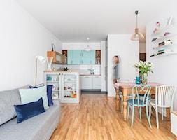 Mieszkanie na Woli - Mały biały salon z kuchnią z jadalnią, styl vintage - zdjęcie od Anna Szuflicka