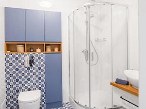 Mieszkanie na Woli - Średnia biała niebieska łazienka na poddaszu w bloku w domu jednorodzinnym bez okna, styl vintage - zdjęcie od Anna Szuflicka