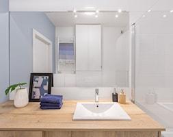 Mieszkanie na Kłobuckiej - Mała biała niebieska łazienka na poddaszu w bloku w domu jednorodzinnym bez okna, styl nowoczesny - zdjęcie od Anna Szuflicka