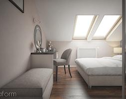 Projekt mieszkania na poddaszu. - Średnia beżowa biała sypialnia małżeńska na poddaszu, styl klasyczny - zdjęcie od hexaform