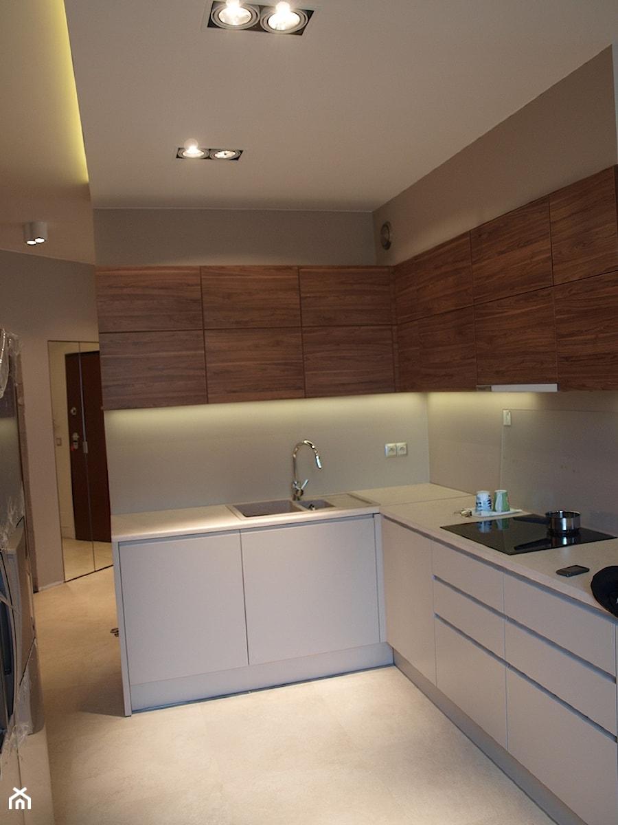 Mieszkanie przy wyścigach - Średnia zamknięta biała beżowa kuchnia w kształcie litery l w aneksie, styl nowoczesny - zdjęcie od Comfort House