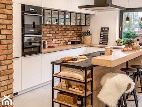 Kuchnia - Średnia otwarta wąska biała kuchnia w kształcie litery u w aneksie z oknem, styl skandynawski - zdjęcie od REHAU