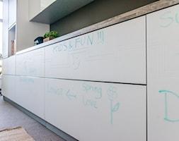 Kuchnia - Średnia otwarta kuchnia jednorzędowa z oknem - zdjęcie od REHAU