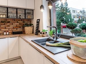 Kuchnia - Średnia zamknięta biała kuchnia w kształcie litery l z oknem, styl skandynawski - zdjęcie od REHAU