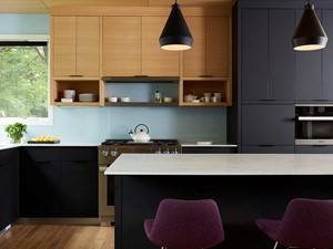 RAUVISIO brilliant - Średnia otwarta niebieska kuchnia w kształcie litery l z wyspą z oknem, styl nowoczesny - zdjęcie od REHAU