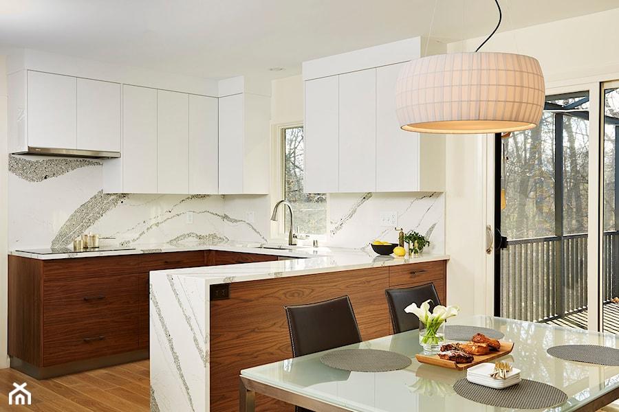 RAUVISIO crystal - Mała otwarta biała kuchnia w kształcie litery u z oknem, styl nowoczesny - zdjęcie od REHAU