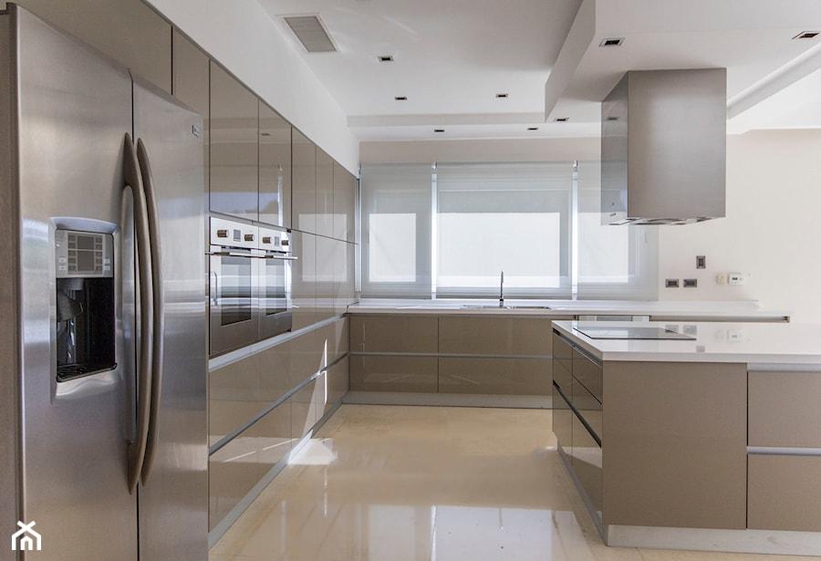 RAUVISIO brilliant - Duża zamknięta biała kuchnia w kształcie litery l z wyspą z oknem, styl nowoczesny - zdjęcie od REHAU