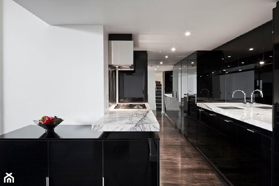 Aranżacje wnętrz - Kuchnia: RAUVISIO brilliant - Duża otwarta biała czarna kuchnia dwurzędowa, styl nowoczesny - REHAU. Przeglądaj, dodawaj i zapisuj najlepsze zdjęcia, pomysły i inspiracje designerskie. W bazie mamy już prawie milion fotografii!