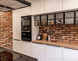 Kuchnia - Średnia otwarta wąska kuchnia dwurzędowa z wyspą, styl skandynawski - zdjęcie od REHAU