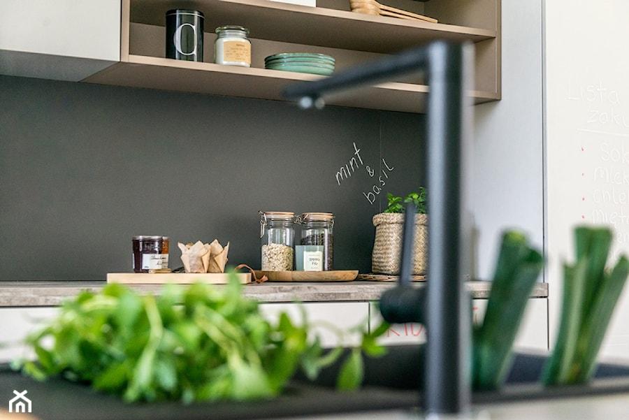 Kuchnia - Mała otwarta czarna kuchnia jednorzędowa z wyspą - zdjęcie od REHAU