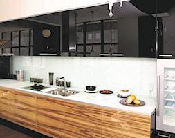 RAUVISIO CRYSTAL - Duża otwarta biała kuchnia jednorzędowa, styl nowoczesny - zdjęcie od REHAU