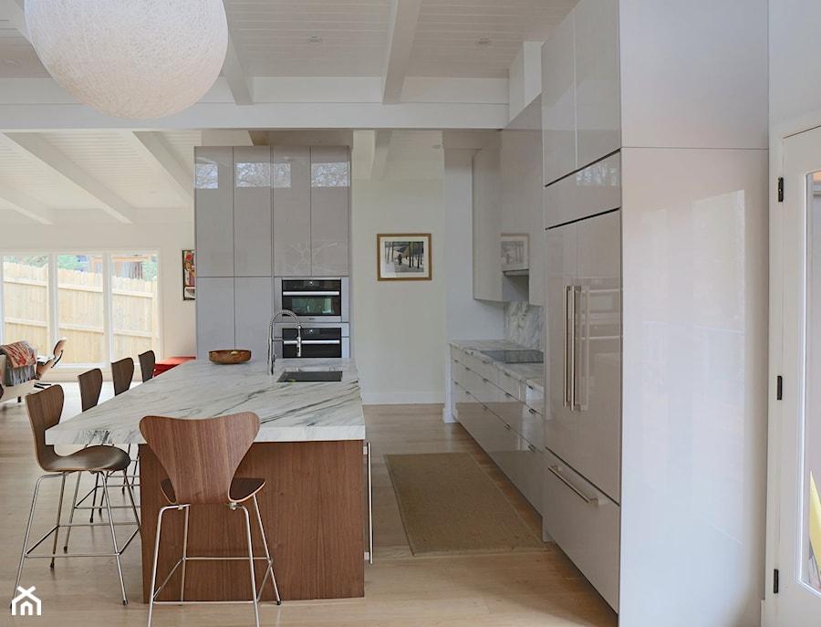 Kuchnia - Duża otwarta szara kuchnia w kształcie litery l z wyspą z oknem, styl nowoczesny - zdjęcie od REHAU