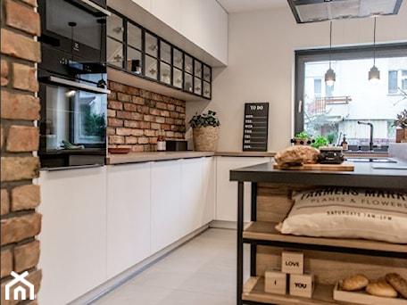 RAUVISIO CRYSTAL - Średnia otwarta biała kuchnia w kształcie litery l z wyspą z oknem, styl industrialny - zdjęcie od REHAU