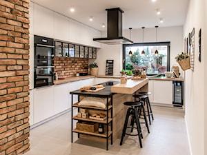 Kuchnia z ceglaną ścianą nad blatem kuchennym – aranżacje