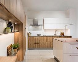 Kuchnia - Duża otwarta biała kuchnia w kształcie litery l z wyspą, styl nowoczesny - zdjęcie od REHAU