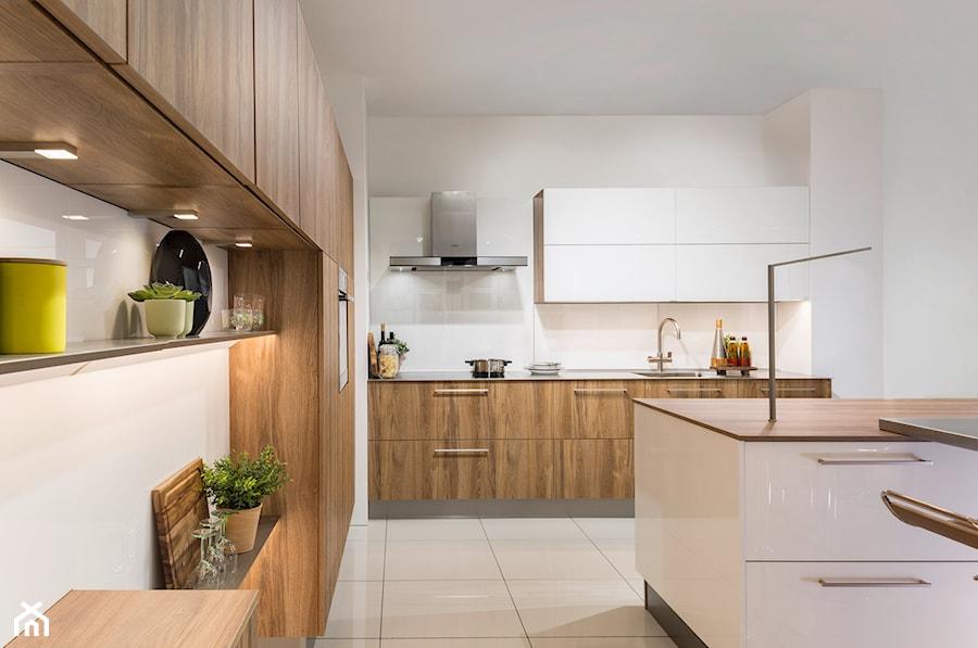 Aranżacje wnętrz - Kuchnia: Kuchnia - Duża otwarta biała kuchnia w kształcie litery l z wyspą, styl nowoczesny - REHAU. Przeglądaj, dodawaj i zapisuj najlepsze zdjęcia, pomysły i inspiracje designerskie. W bazie mamy już prawie milion fotografii!