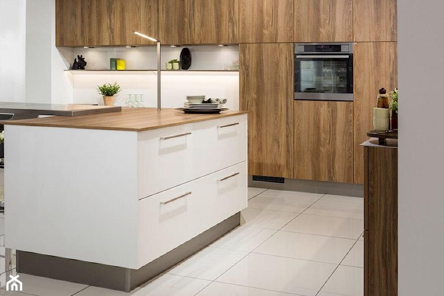 Kuchnia - Duża otwarta biała kuchnia z wyspą, styl nowoczesny - zdjęcie od REHAU