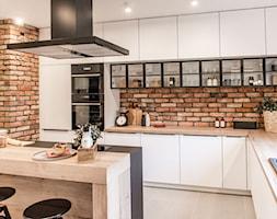 Kuchnia - Średnia otwarta biała kuchnia w kształcie litery l z wyspą, styl skandynawski - zdjęcie od REHAU