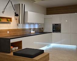 RAUVISIO CRYSTAL - Średnia otwarta biała kuchnia w kształcie litery l, styl nowoczesny - zdjęcie od REHAU