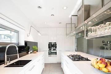 5 pomysłów na kuchnię w kolorze – modne fronty ze szklanego laminatu