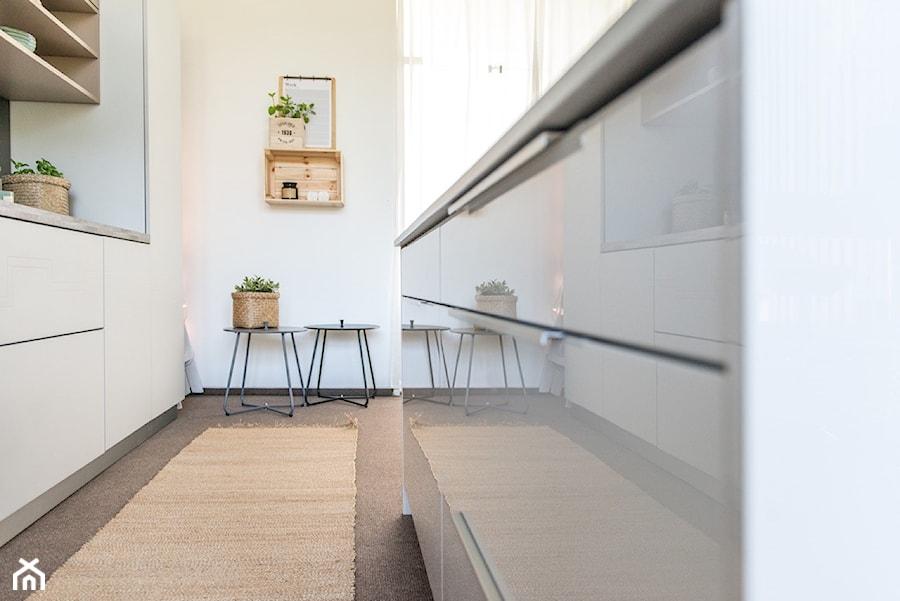 Kuchnia - Mała biała kuchnia dwurzędowa z oknem, styl nowoczesny - zdjęcie od REHAU