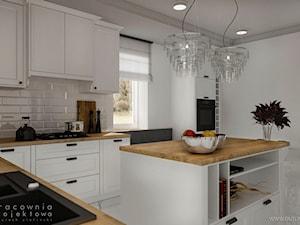 Kuchnia w stylu klasycznym z białymi frontami - Duża zamknięta biała kuchnia w kształcie litery l z wyspą z oknem, styl klasyczny - zdjęcie od Pracownia Projektowa Wojciech Zieliński