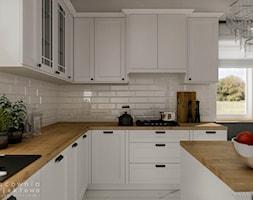 Kuchnia w stylu klasycznym z białymi frontami - Duża otwarta biała kuchnia w kształcie litery l z wyspą z oknem, styl klasyczny - zdjęcie od Pracownia Projektowa Wojciech Zieliński