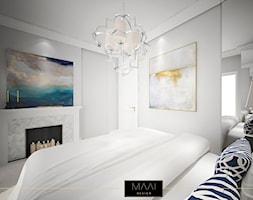 DWUPOZIOMOWE MIESZKANIE W STYLU HAMPTON – MOKOTÓW - Mała szara sypialnia małżeńska, styl klasyczny - zdjęcie od MAAI Design