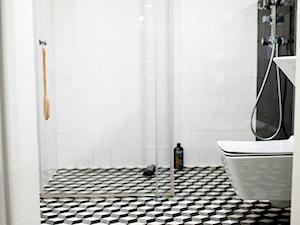 Łazienka - Mała biała czarna łazienka na poddaszu w bloku w domu jednorodzinnym bez okna - zdjęcie od Athena Marmor
