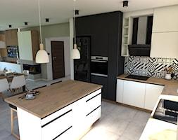 Biało-czara elegancja - Średnia otwarta szara kuchnia w kształcie litery l z wyspą - zdjęcie od P.S.-projekt