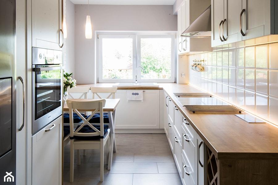 Biała kuchnia w wiejskim stylu - Średnia otwarta zamknięta biała kuchnia w kształcie litery l dwurzędowa z oknem, styl rustykalny - zdjęcie od Esona Architektura