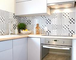 Kawalerka w stylu skandynawskim - Mała otwarta biała kuchnia w kształcie litery l, styl skandynawski - zdjęcie od Martyna Midel projekty wnętrz