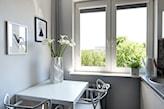 mały nowoczesny stół do kuchni w białym kolorze