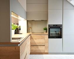 przytulne mieszkanie M3 - Mała beżowa kuchnia w kształcie litery l w aneksie z oknem, styl nowoczesny - zdjęcie od Martyna Midel projekty wnętrz