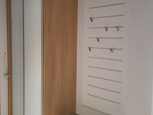 Szafy - Mały biały hol / przedpokój, styl nowoczesny - zdjęcie od Kmeble