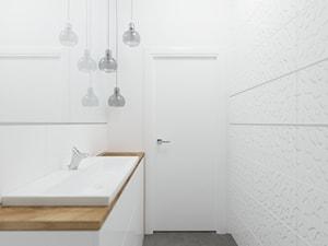 APARTAMENT SKY WHITE - Mała biała łazienka w bloku w domu jednorodzinnym bez okna, styl klasyczny - zdjęcie od KBW Architektura & Design