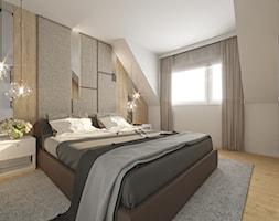DOM POKAZOWY - Średnia beżowa biała sypialnia małżeńska na poddaszu, styl klasyczny - zdjęcie od KBW Architektura & Design