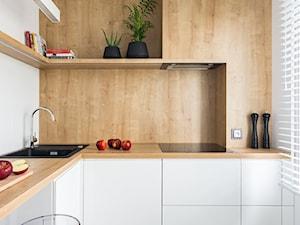 NOWOCZESNY GLAMOUR - Mała zamknięta biała kuchnia w kształcie litery l z oknem, styl minimalistyczny - zdjęcie od 3XEL Architekci
