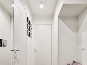 TRIANGLE FLAT - Mały biały hol / przedpokój, styl nowoczesny - zdjęcie od 3XEL Architekci