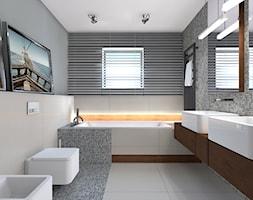 dom 315m - Średnia szara łazienka w bloku w domu jednorodzinnym z oknem - zdjęcie od totamstudio