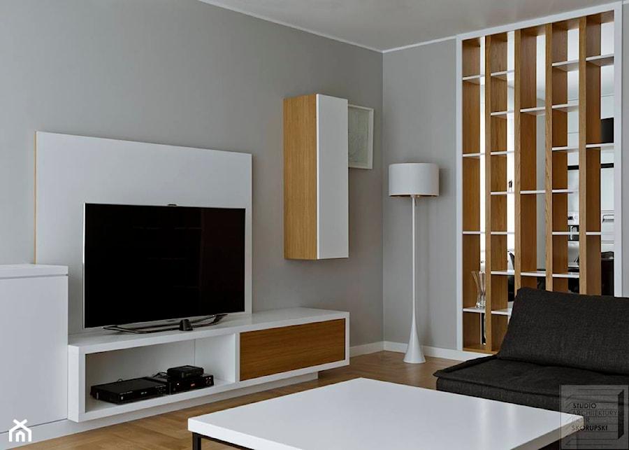 bia o szary salon z d bowym rega em zdj cie od piotr skorupski studio architektury. Black Bedroom Furniture Sets. Home Design Ideas