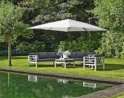 Letnie grillowanie - Duży ogród za domem z parasolem z basenem - zdjęcie od Garden Space