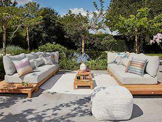 Jak udekorować ogród w stylu naturalnym? Donice, oświetlenie i dodatki