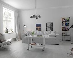 Skandynawski+salon+z+desk%C4%85+pod%C5%82ogow%C4%85+-+zdj%C4%99cie+od+WALCZAK+-+pod%C5%82ogi+drewniane