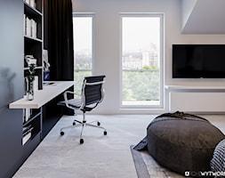 1 MAJA - Średnia biała czarna sypialnia na poddaszu z balkonem / tarasem, styl nowoczesny - zdjęcie od ARCHIWYTWÓRNIA Tomek Pytel