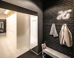 3 MAJA - Średni czarny hol / przedpokój, styl skandynawski - zdjęcie od ARCHIWYTWÓRNIA Tomek Pytel